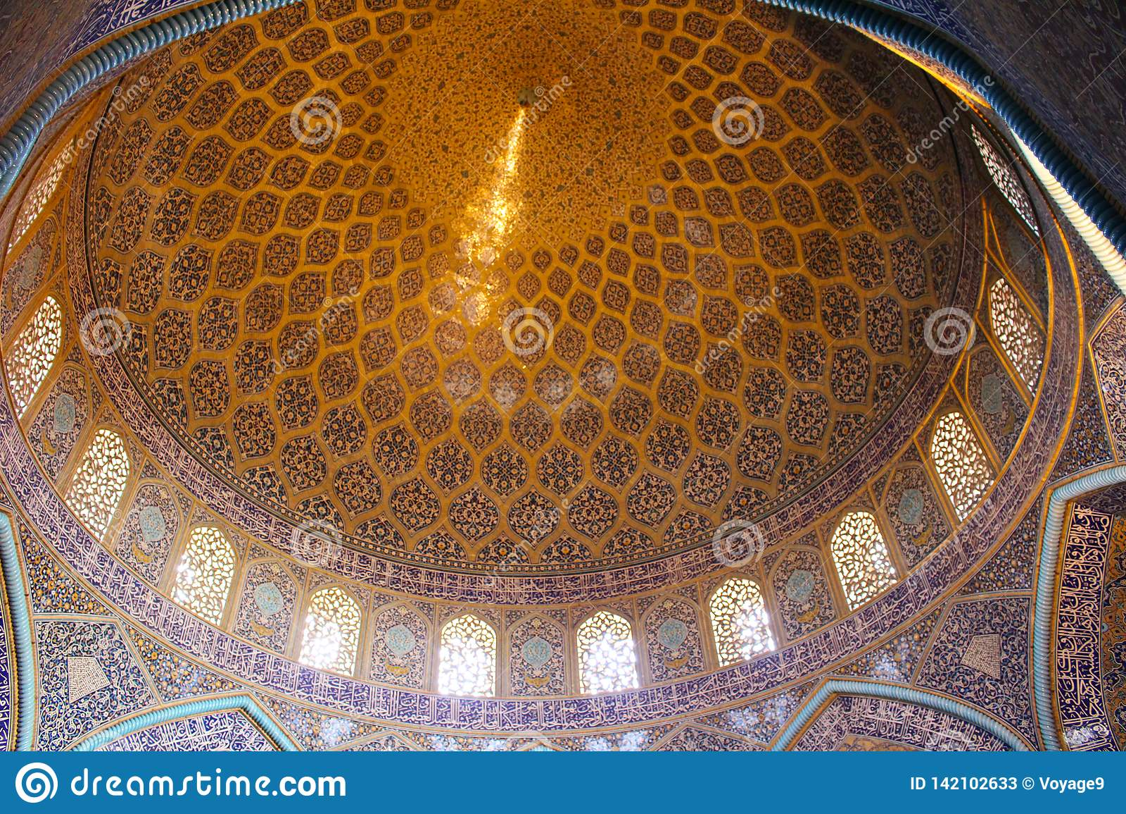 A abóbada de Sheikh Lotfollah Mosque em Isfahan, Irã