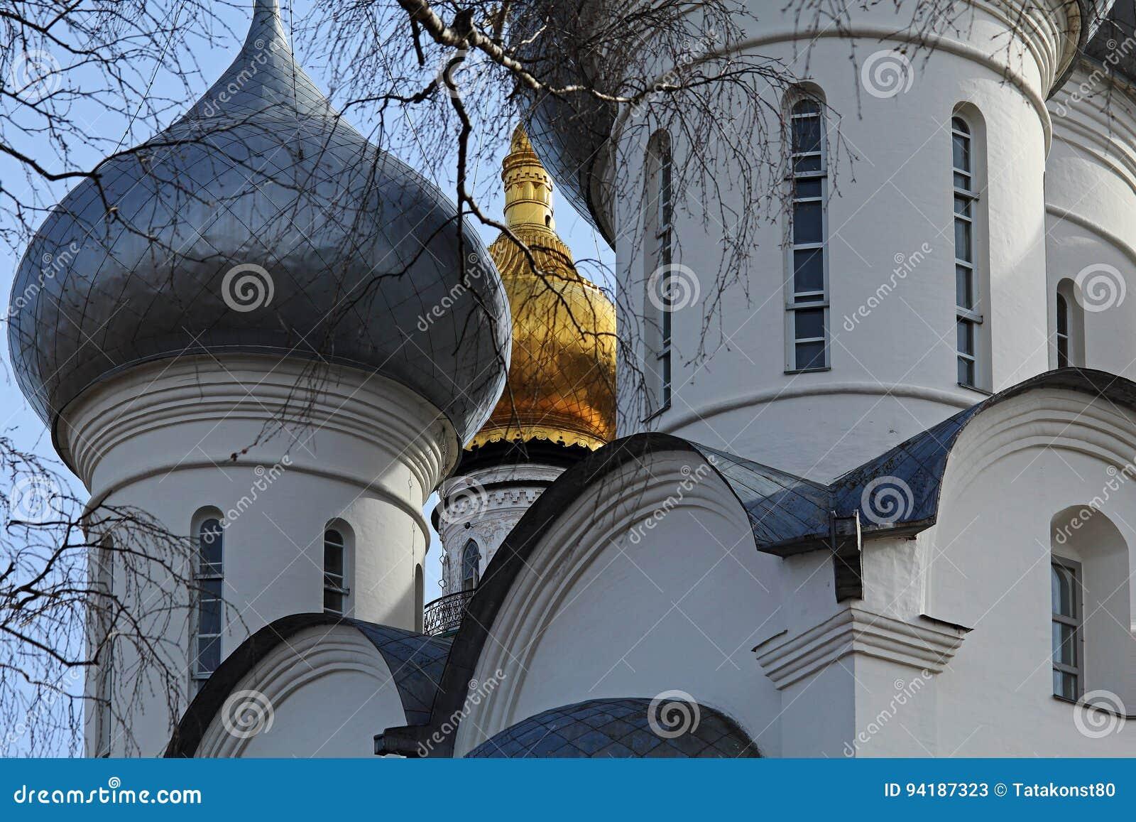 A abóbada de St Sophia Cathedral e a torre de sino da catedral