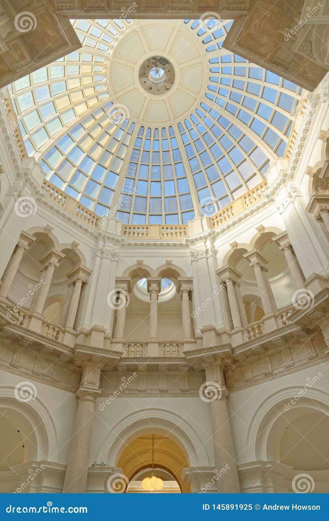 Abóbada de vidro com colunas e testes padrões geométricos, Londres Inglaterra