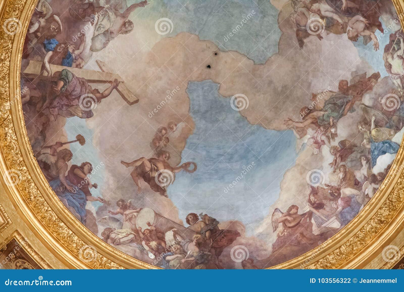 Abóbada do túmulo de Napoleon Bonaparte em Les Invalides decorado do interior com fresco religiosos