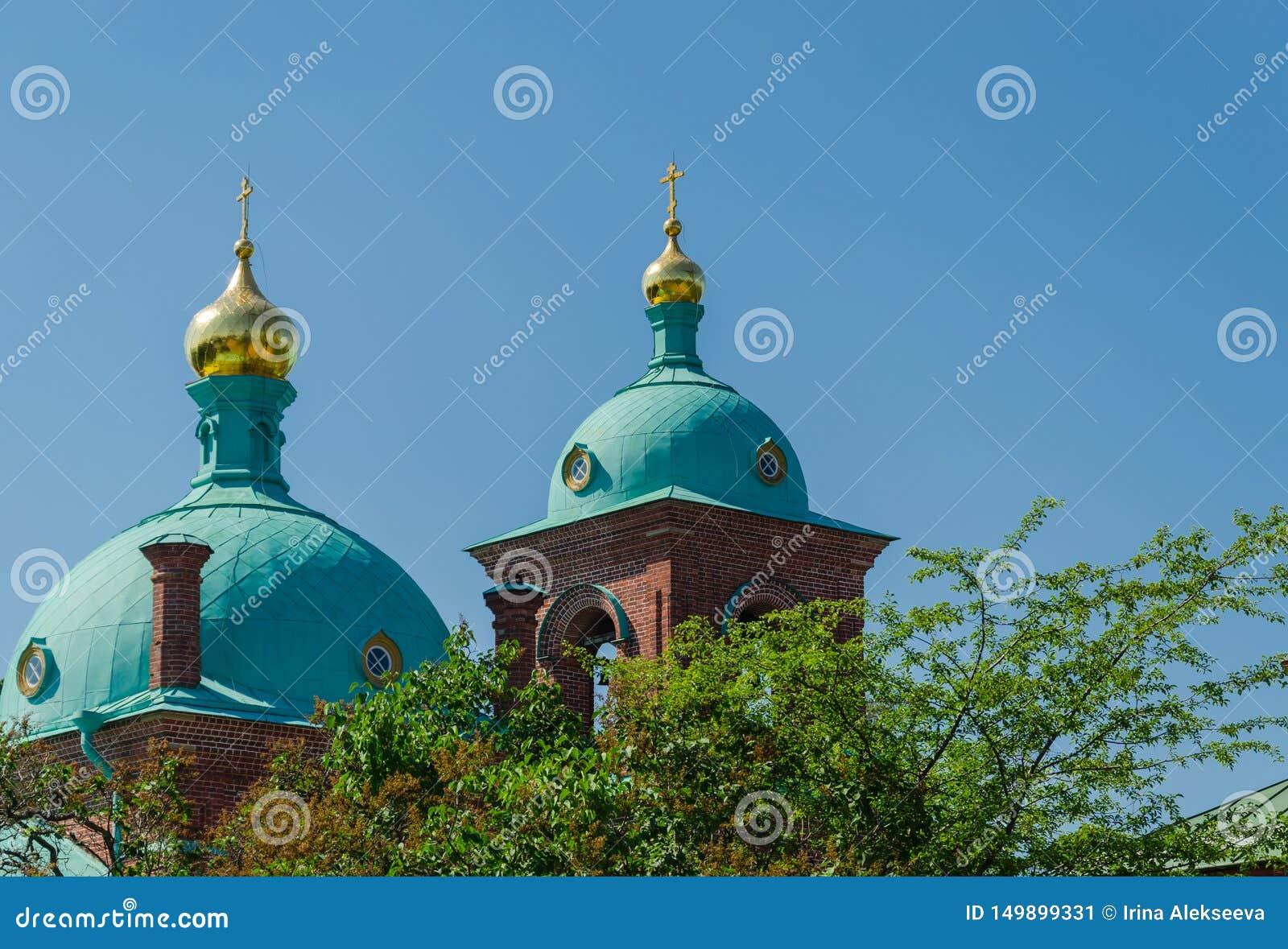 Abóbadas bonitas da igreja ortodoxa contra o céu azul Skete da ressurrei??o do monast?rio de Valaam Igreja do