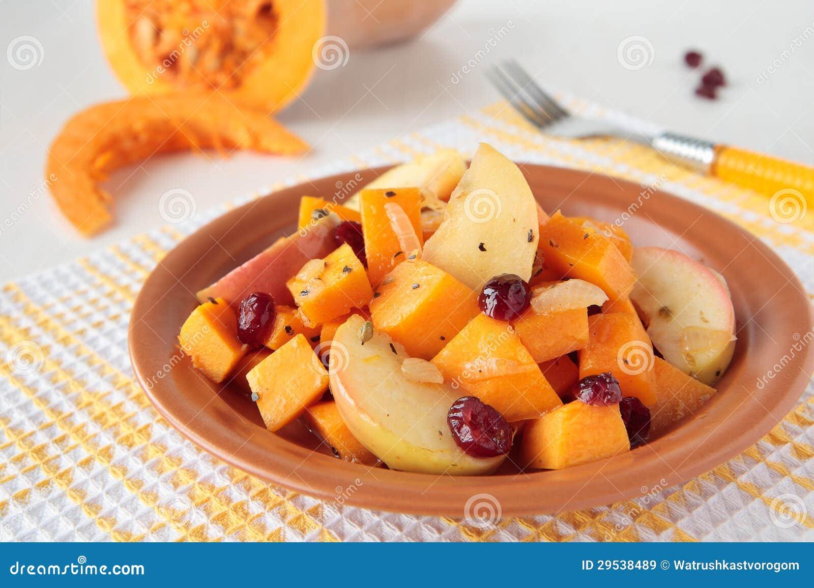 Abóbora, cozinhada com maçãs e as airelas secadas