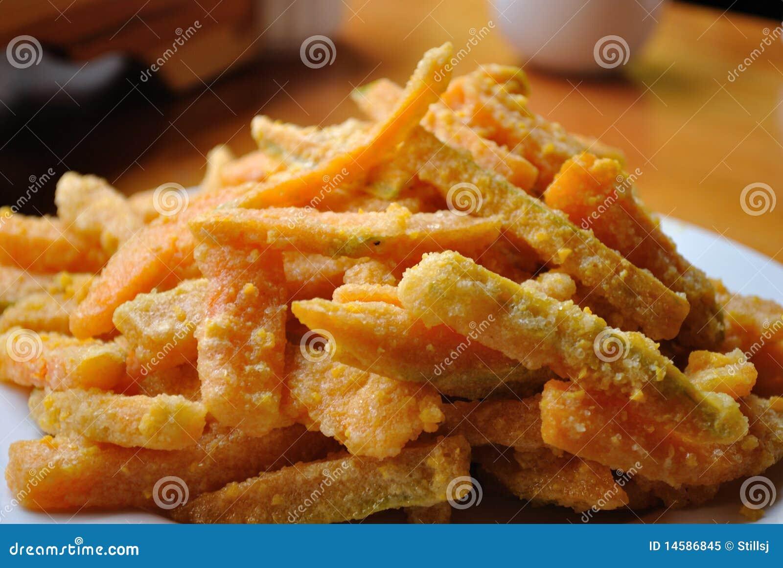Abóbora fritada com a sobremesa salgada do yolk de ovo