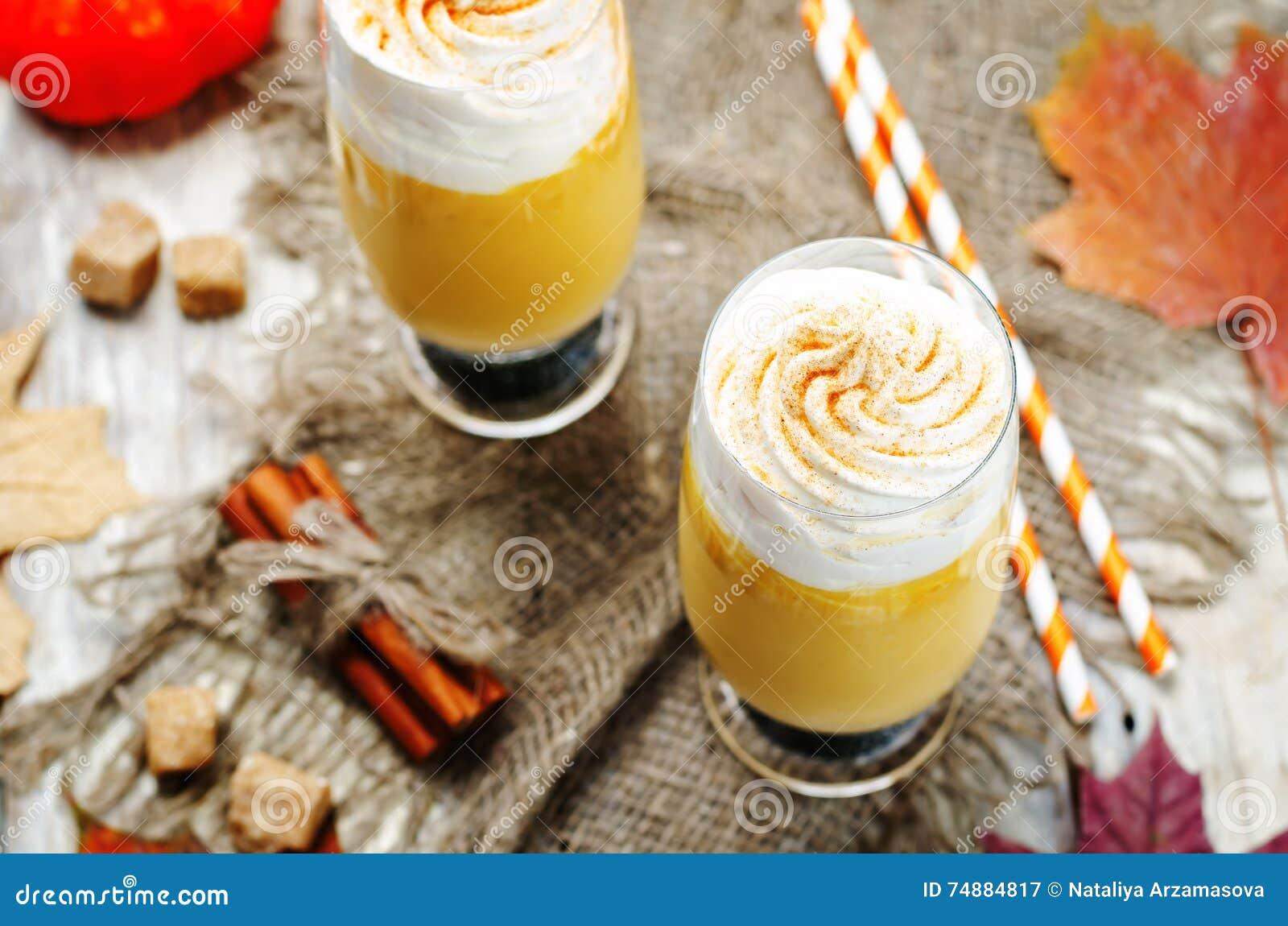 A abóbora tempera o milk shake da abóbora da torta com chantiliy
