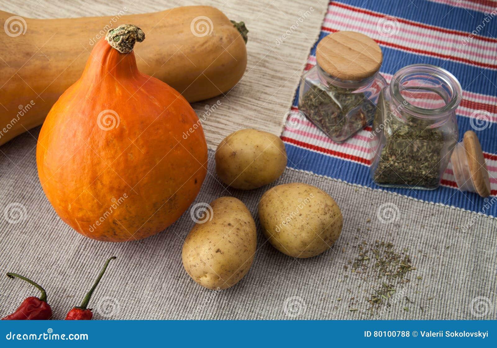 Abóboras com batata, pimentas de pimentão vermelho e as especiarias italianas