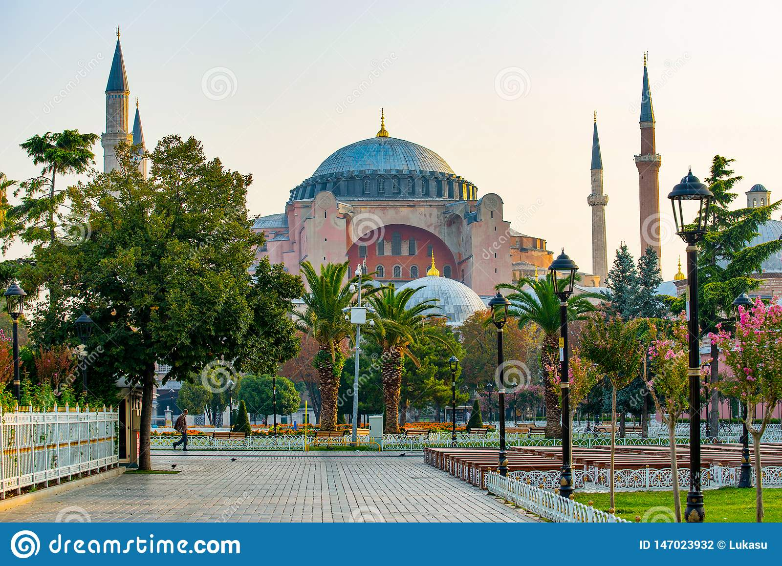 Ab?badas e minaretes de Hagia Sophia na cidade velha de Istambul, Turquia