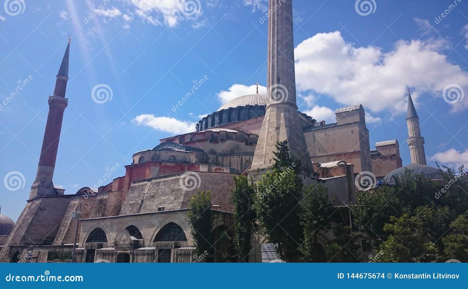 Ab?badas e minaretes de Hagia Sophia na cidade velha de Istambul, Turquia, no por do sol