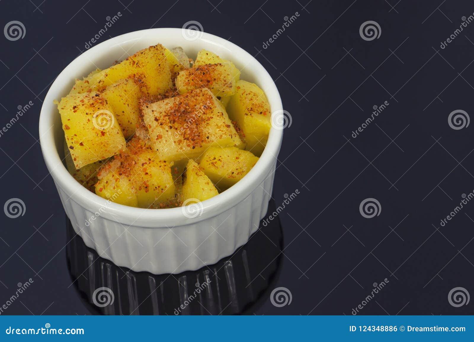 Abacaxi em uma bacia com malagueta picante