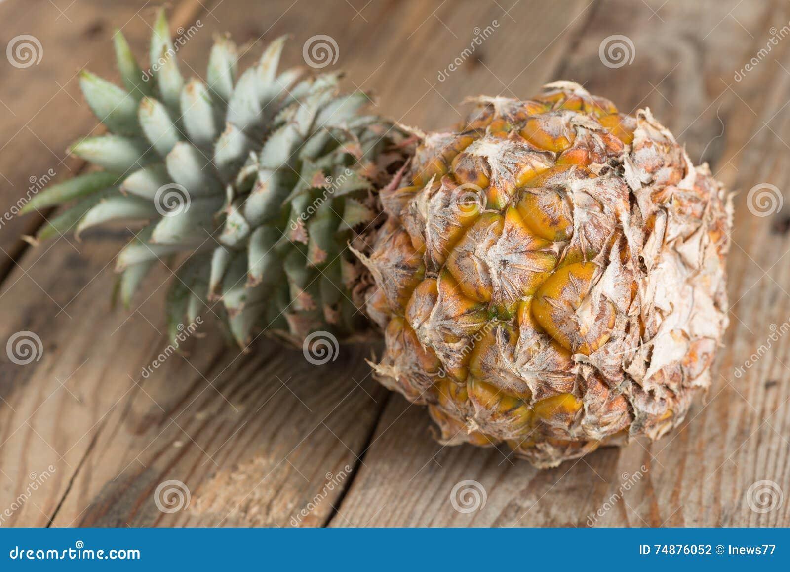 Abacaxi no fundo de madeira Foco seletivo