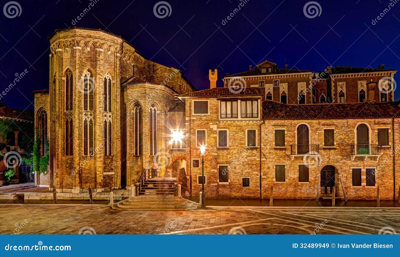 Abadía de San Gregorio en Venecia en la noche