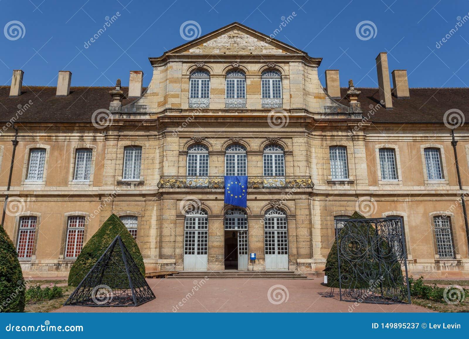 Abadia medieval no centro histórico da cidade de Cluny, França