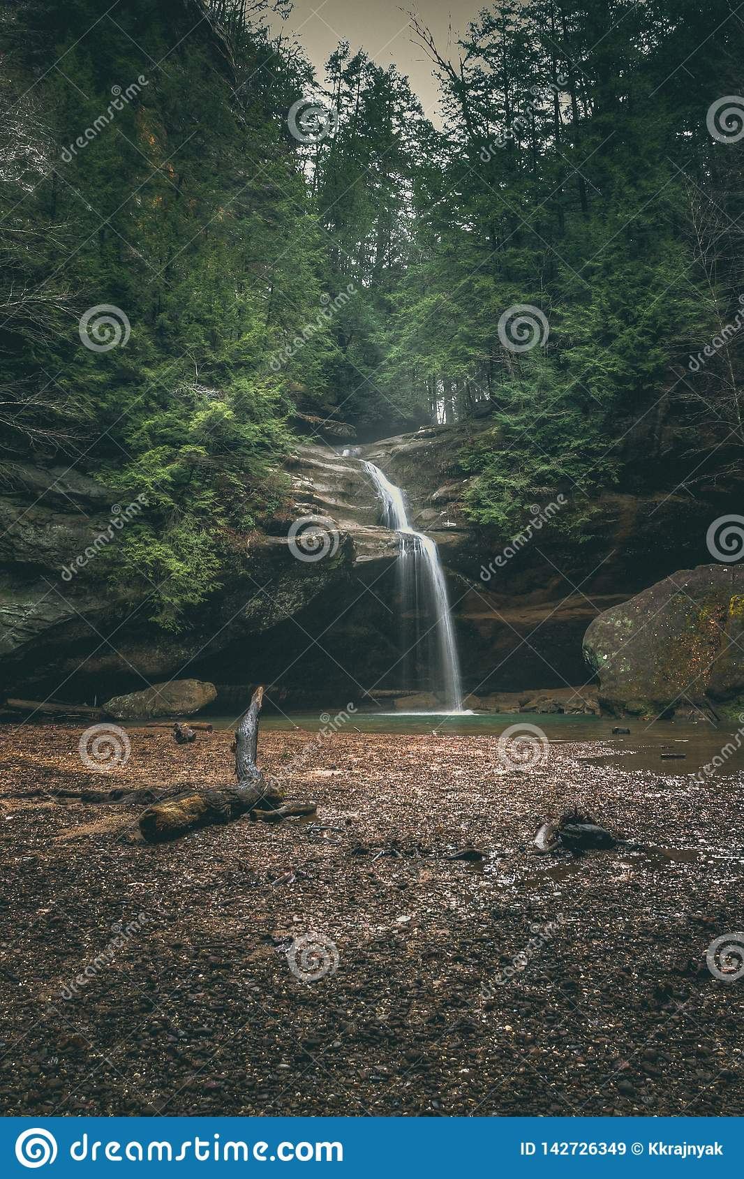 Abaissez les automnes à la caverne du ` s de vieil homme