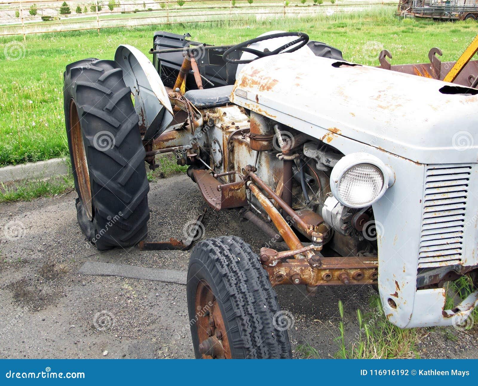 Abandonded Uitstekend Rusty Tractor Needing Repairs