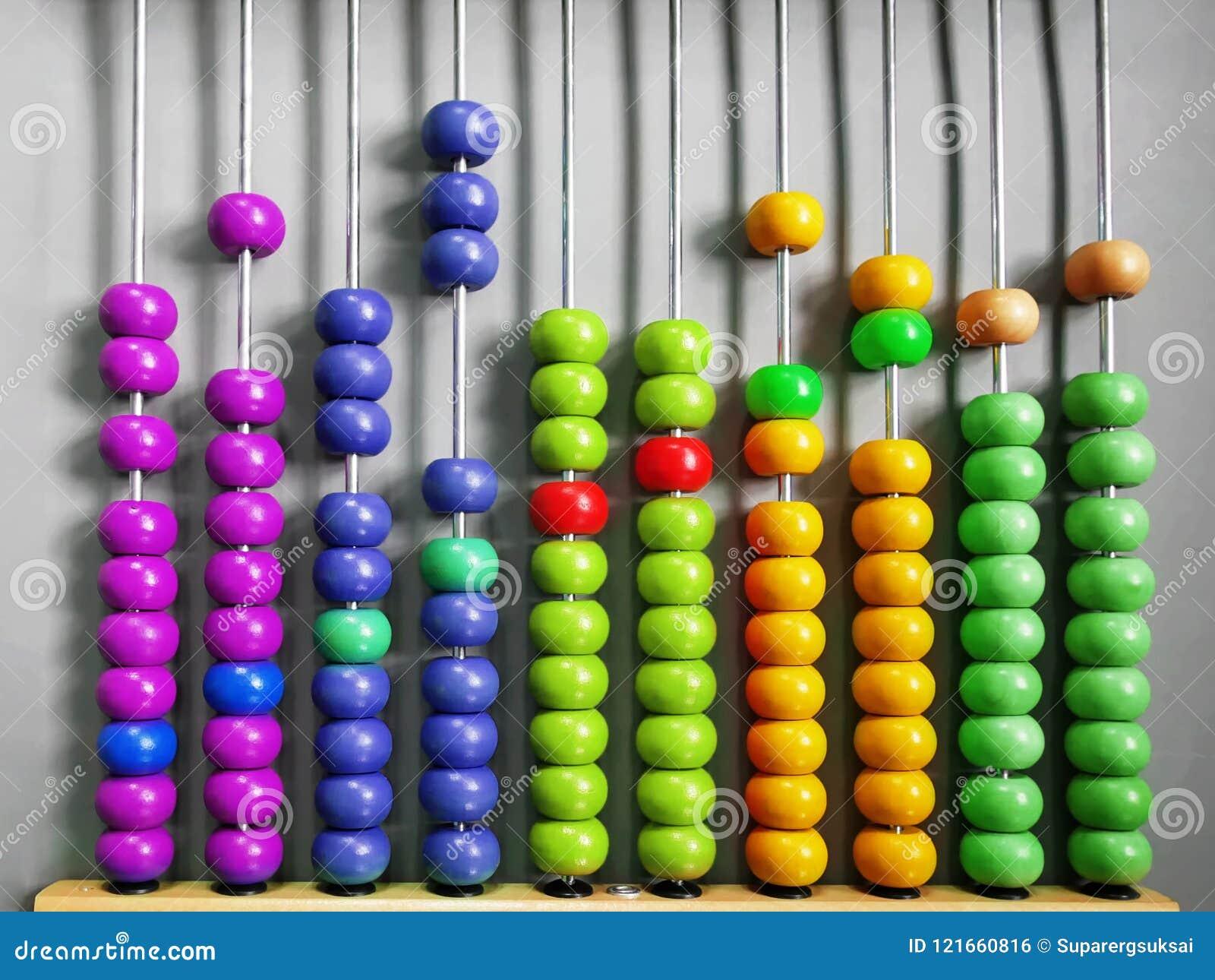 Abaque pour des enfants pratiquant le compte avec les perles en bois colorées
