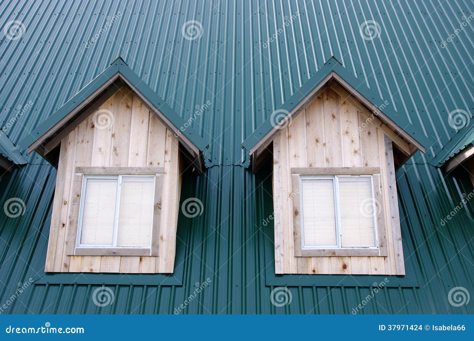 Abbaino due con le finestre sul tetto verde fotografia for Finestre a tetto prezzi