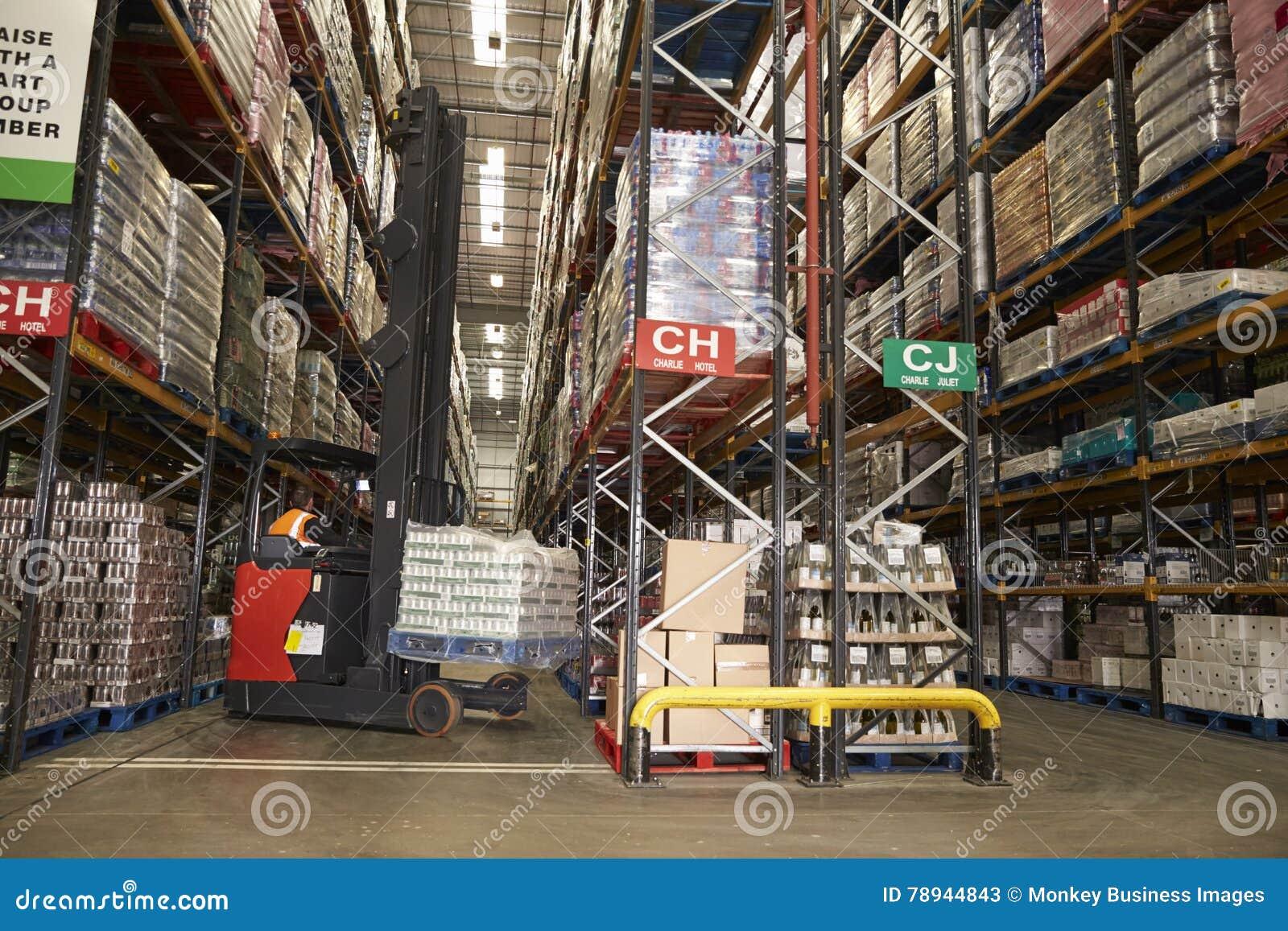 Abbassando azione in un magazzino di distribuzione facendo uso del camion della navata laterale