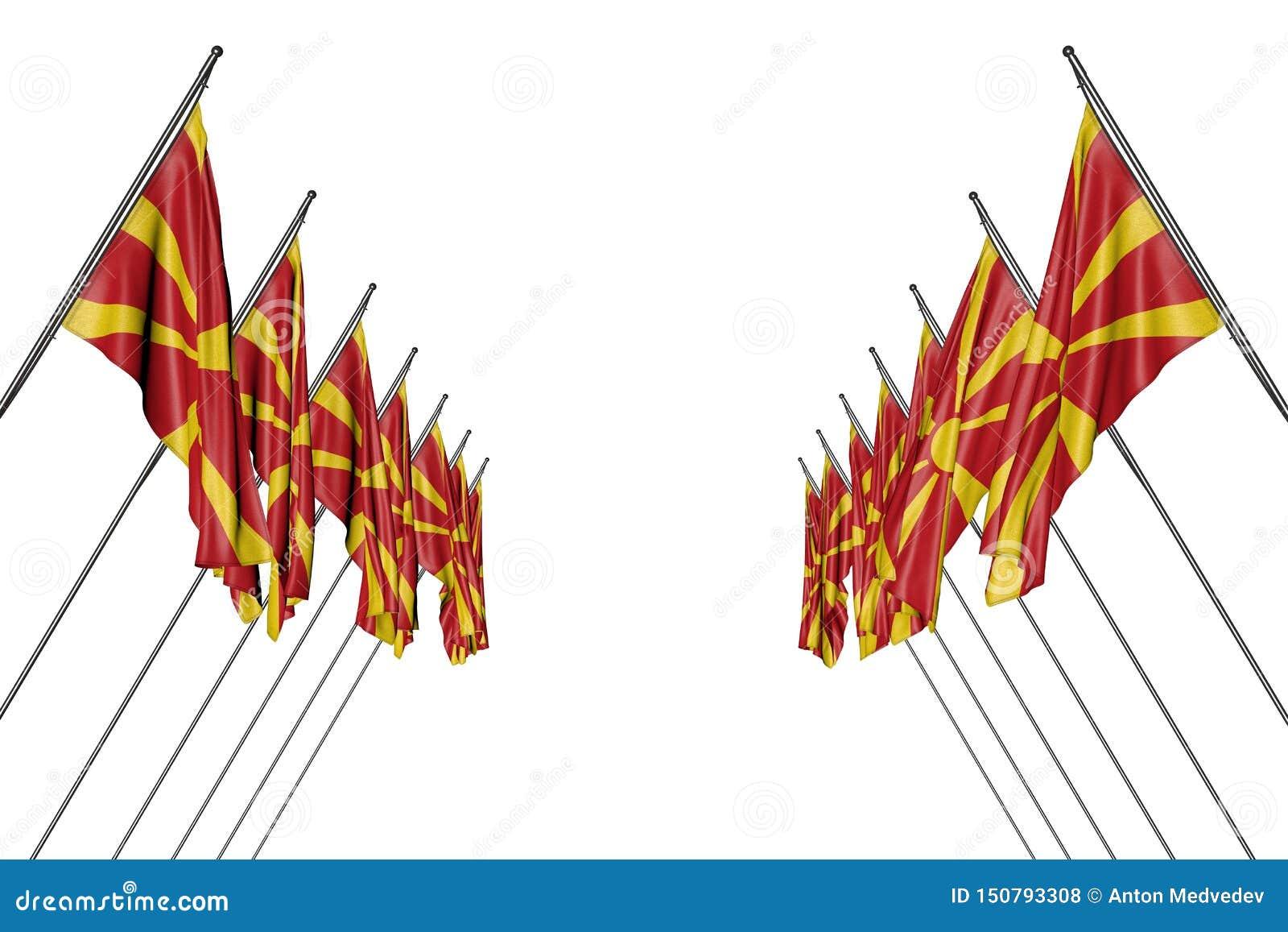 Abbastanza molte bandiere della Macedonia che appendono sui pali diagonali dai lati destri e sinistri isolati su bianco- qualsias