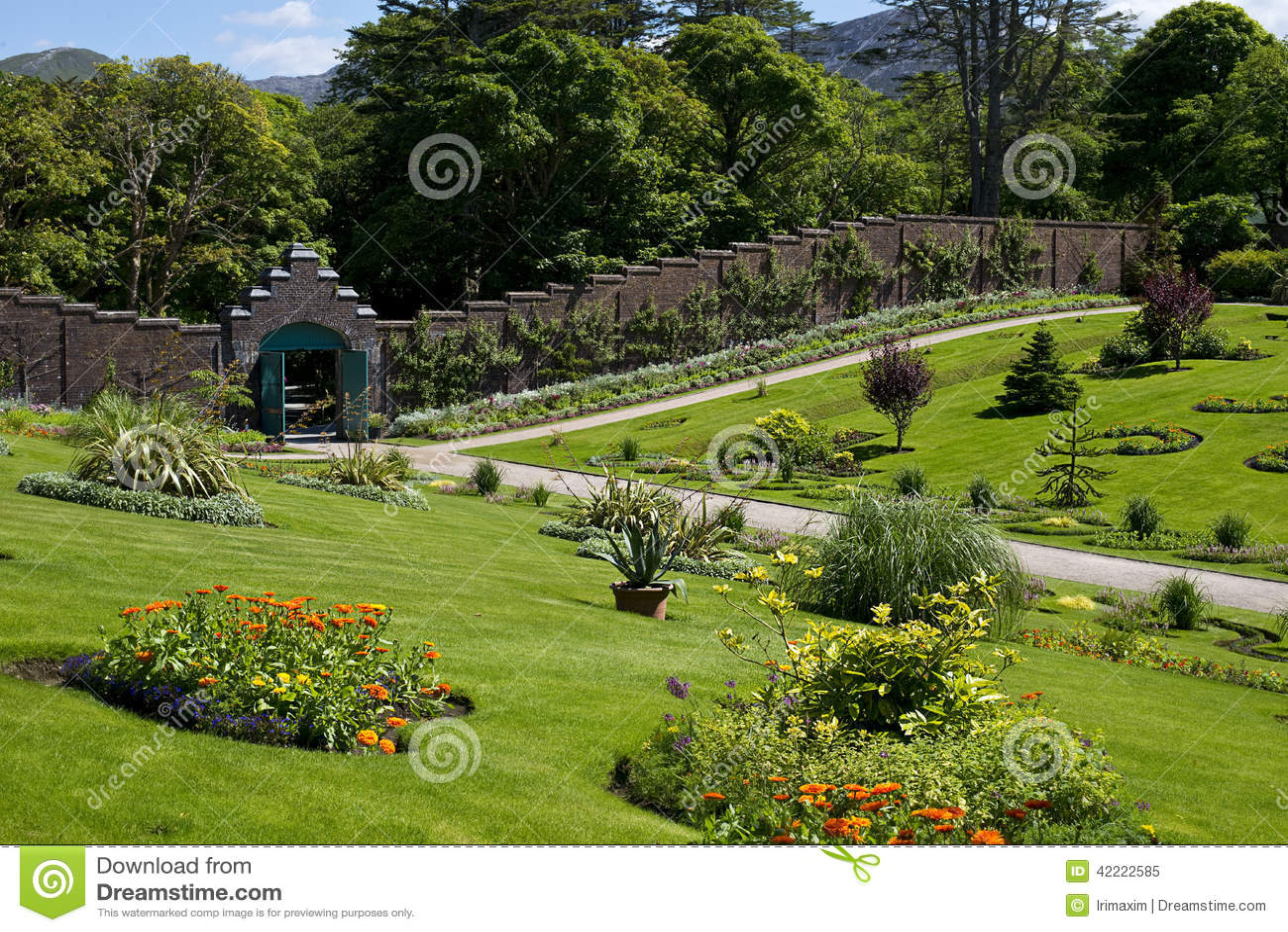 abbaye de kylemore et jardin mur victorien dans le comt galway. Black Bedroom Furniture Sets. Home Design Ideas