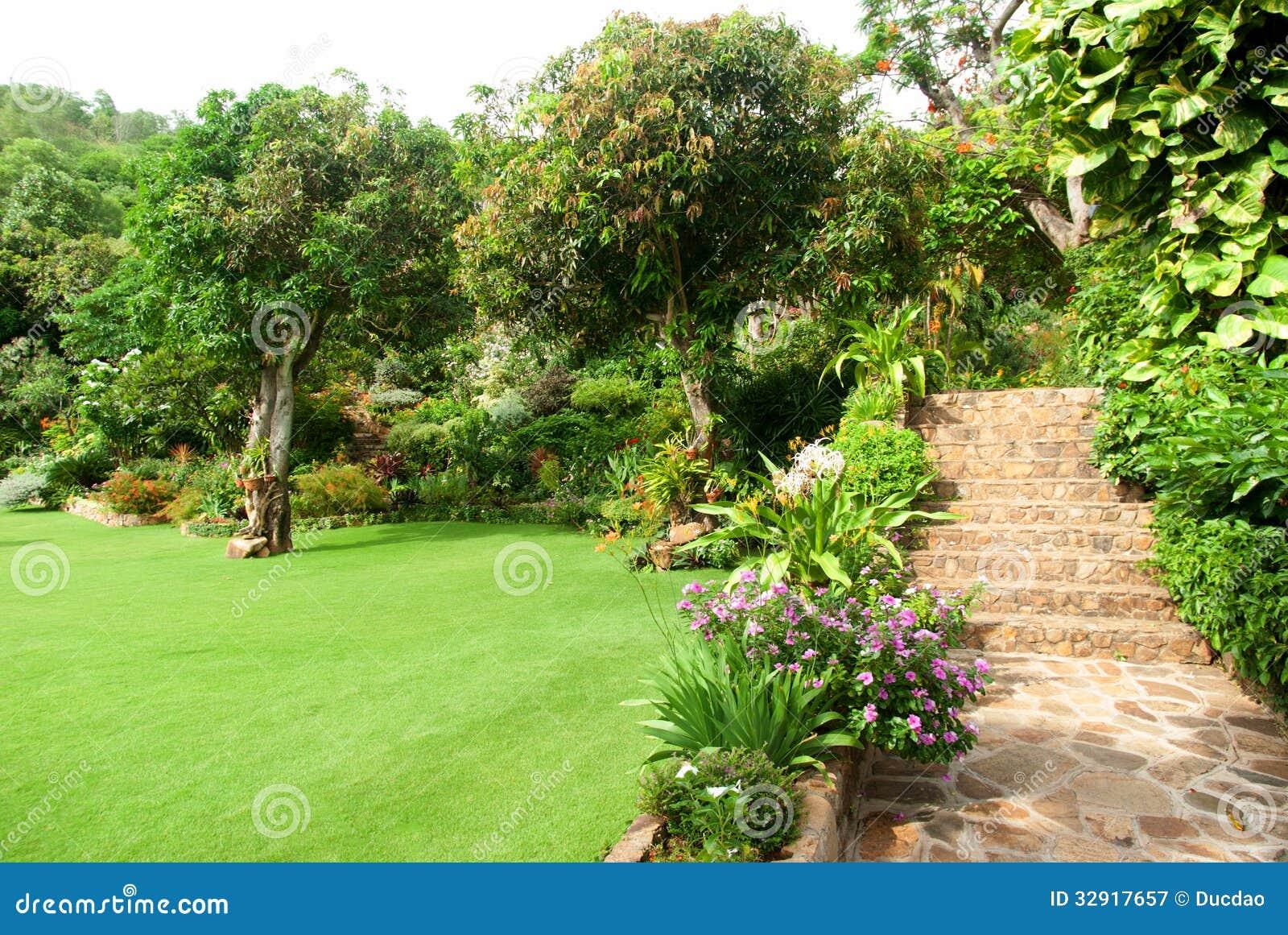 Abbellimento di pietra naturale nel giardino domestico con le scale fotografia stock libera da - Scale in giardino ...