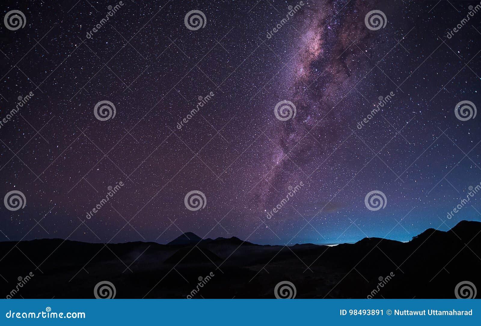 Abbellisca con la galassia della Via Lattea sopra il vulcano Gunung di Bromo del supporto
