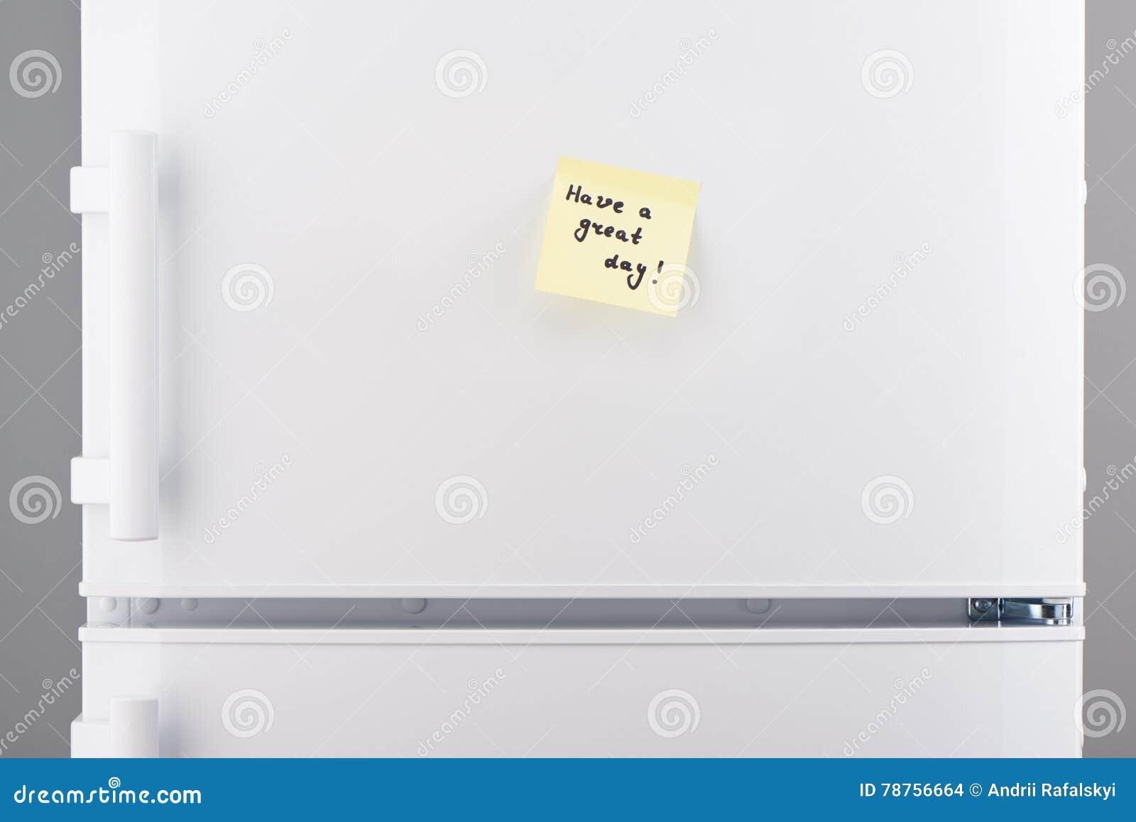 Abbia una grande nota del giorno su carta appiccicosa giallo-chiaro