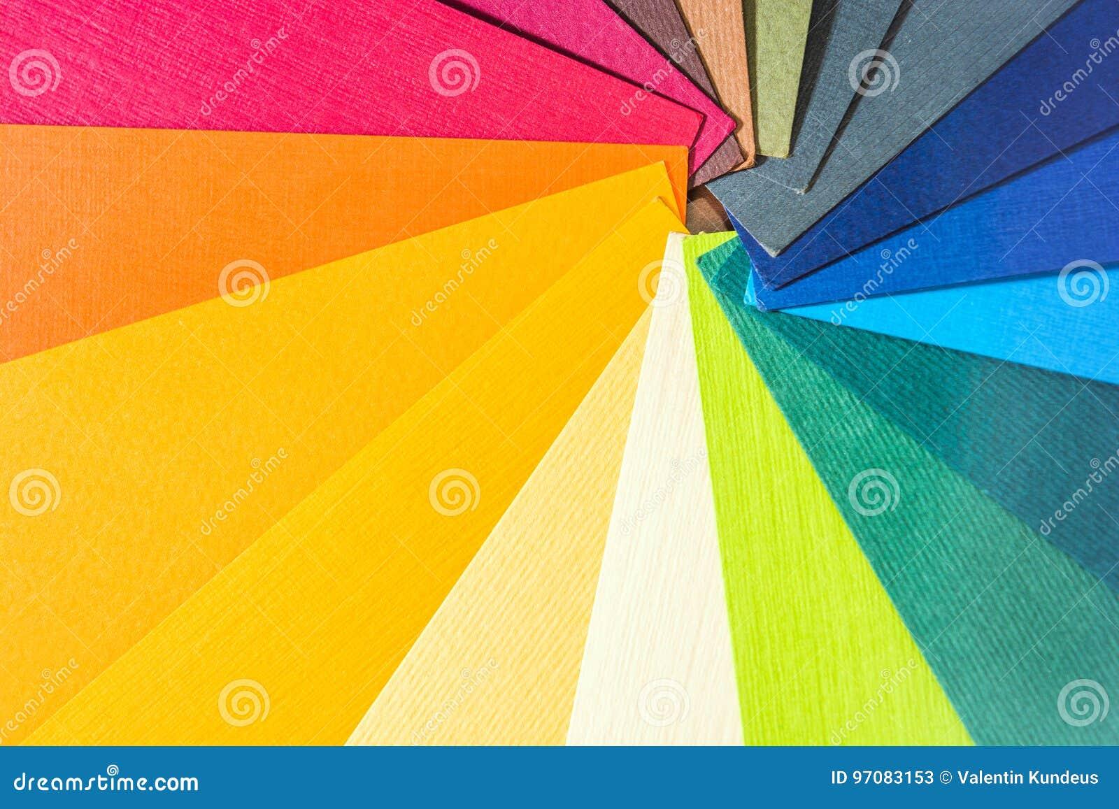 Abbildung auf Schwarzem Farbiges strukturiertes Papier probiert Musterkatalog Helle und saftige Regenbogenfarben Schöner abstrakt