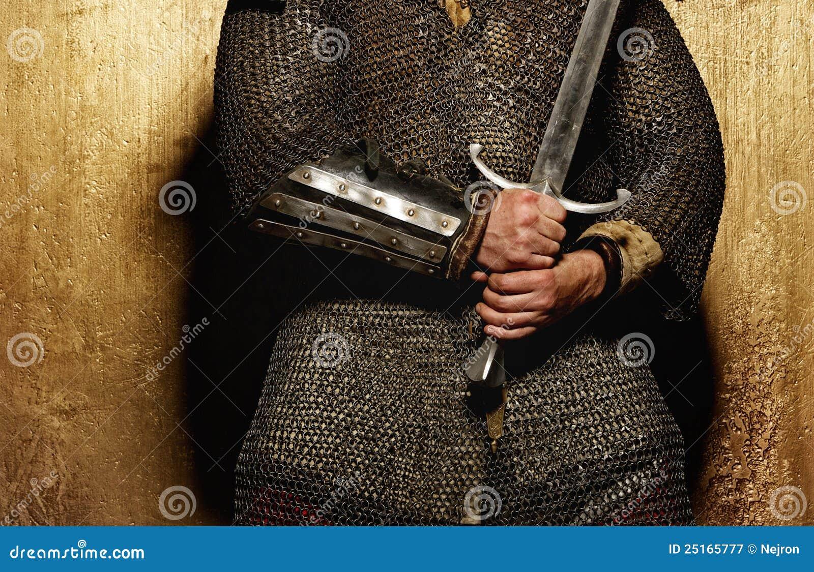 Abbildung eines Ritters übergibt das Anhalten einer Klinge