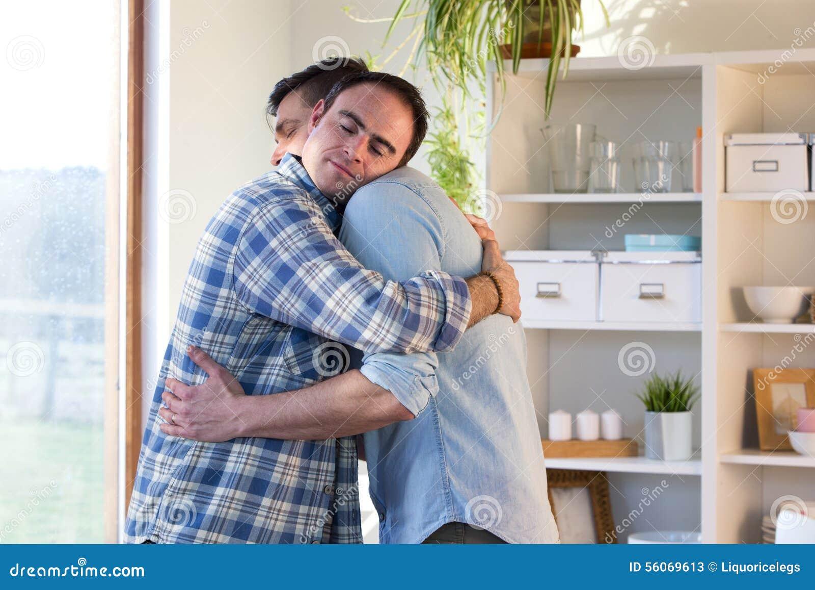 Abbracciare della coppia dello stesso sesso