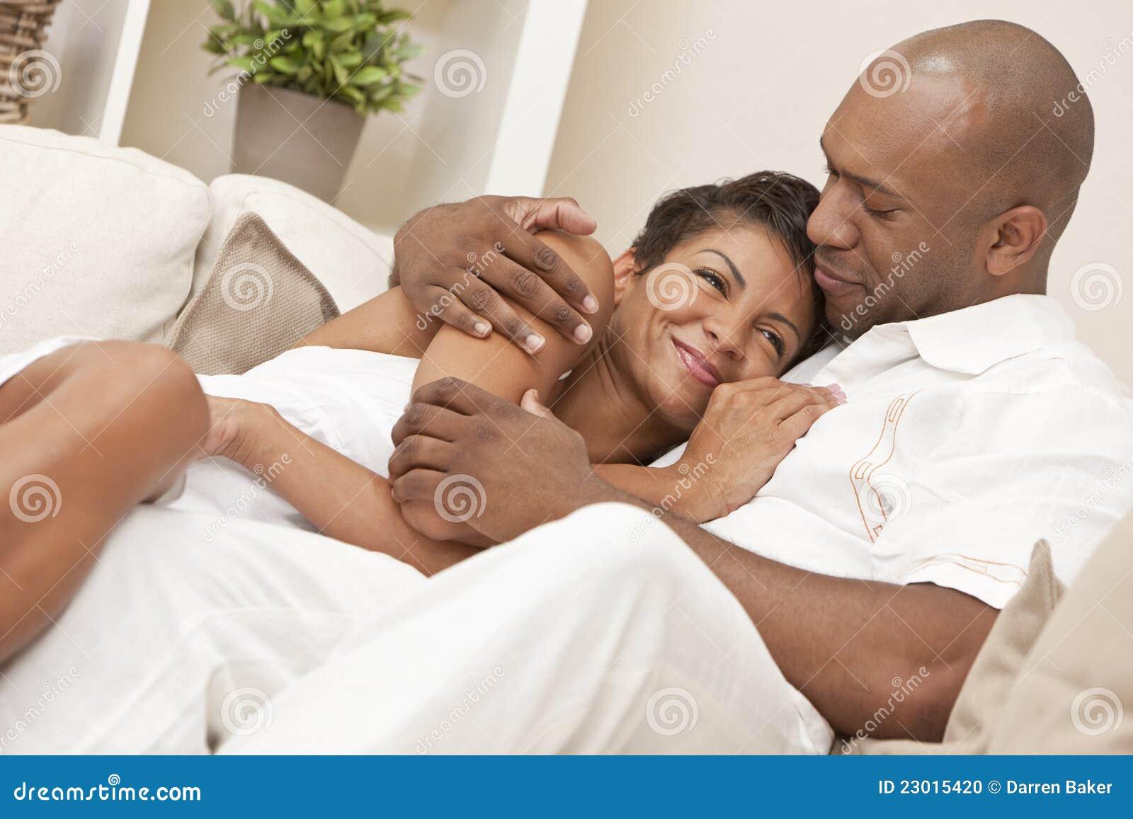Abbraccio felice delle coppie dell afroamericano
