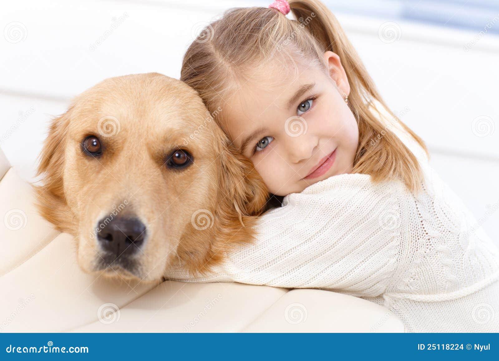 Abbraccio sveglio del cane e della bambina