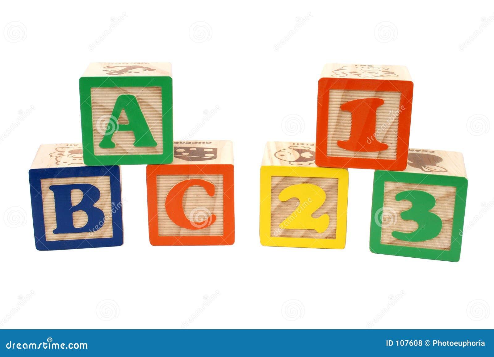 abc en 123 blokken in stapels over wit stock foto