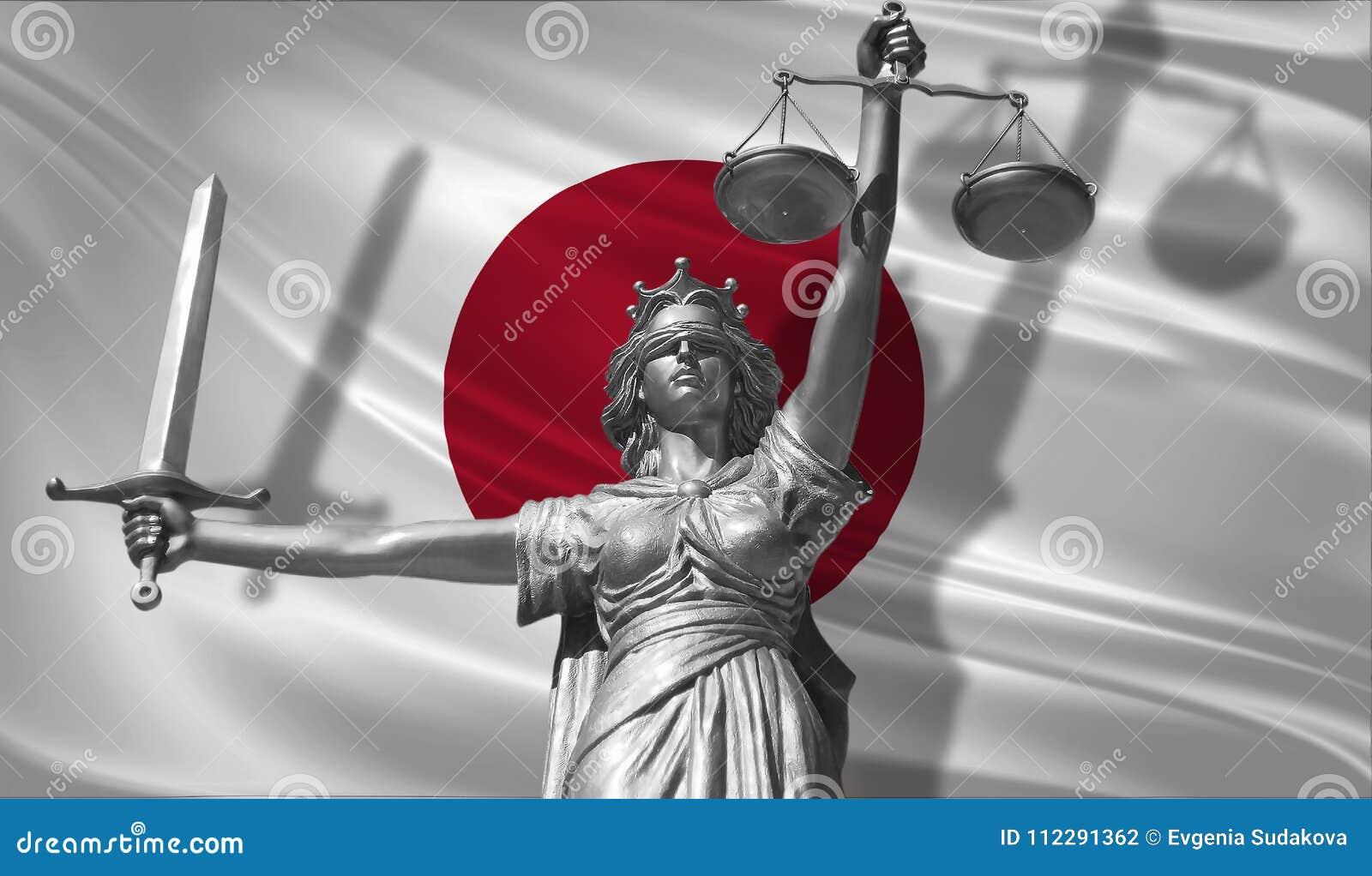 Abdeckung über Gesetz Statue des Gottes von Gerechtigkeit Themis mit Flagge von Japan-Hintergrund Ursprüngliche Statue von Gerech