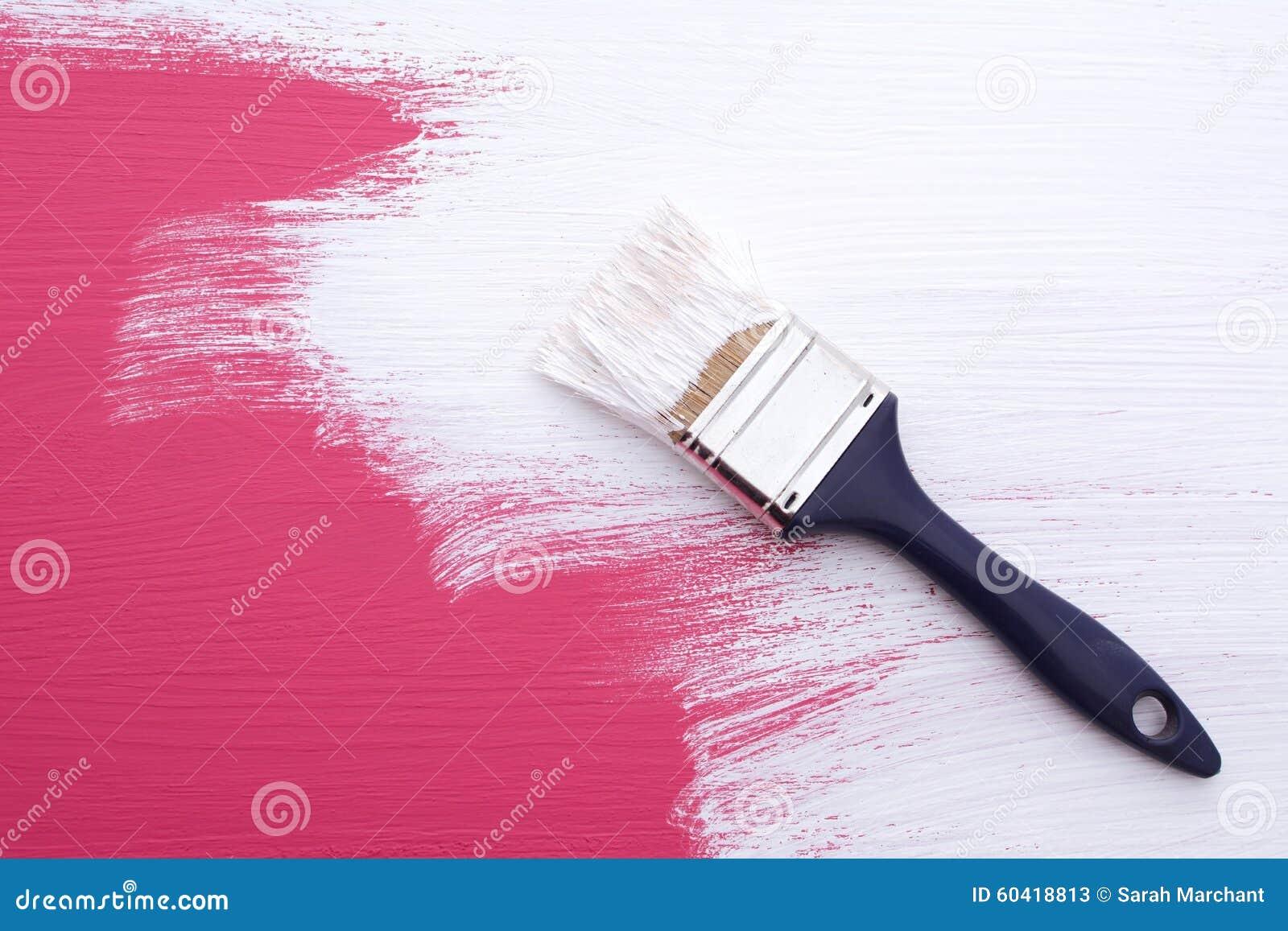 Abdeckung der rosa Farbe mit einer Schicht der weißen Emulsion