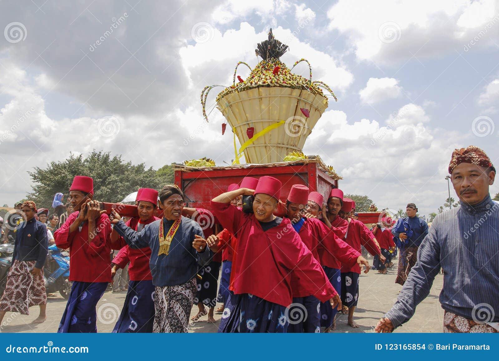 Download Abdi Dalem Kingdom Yogyakarta Carried Offerings Gunungan Editorial Stock Image - Image of syawal, dalem: 123165854
