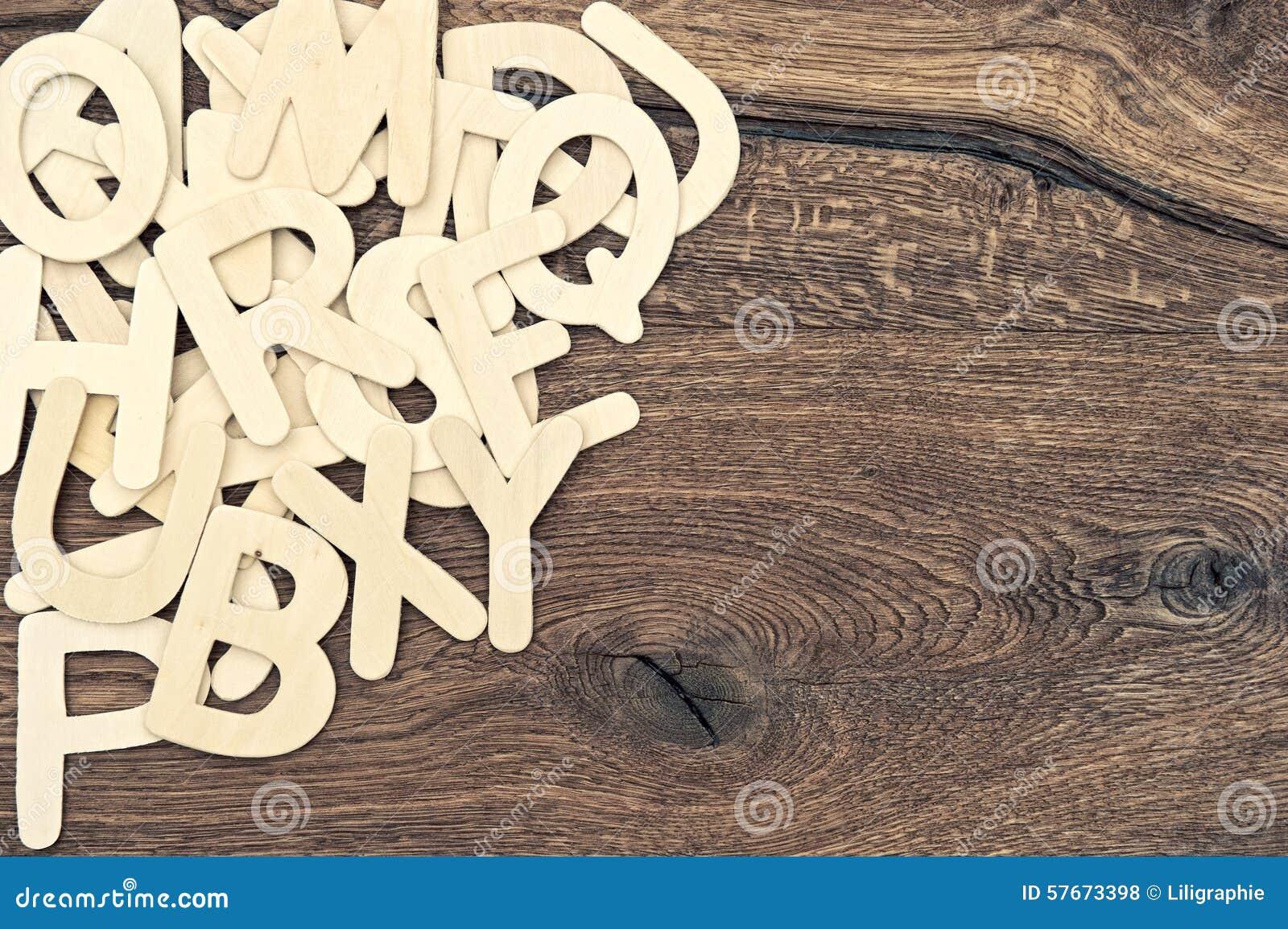 Abecadło listy na drewnianym tekstury tle tylna szkoły