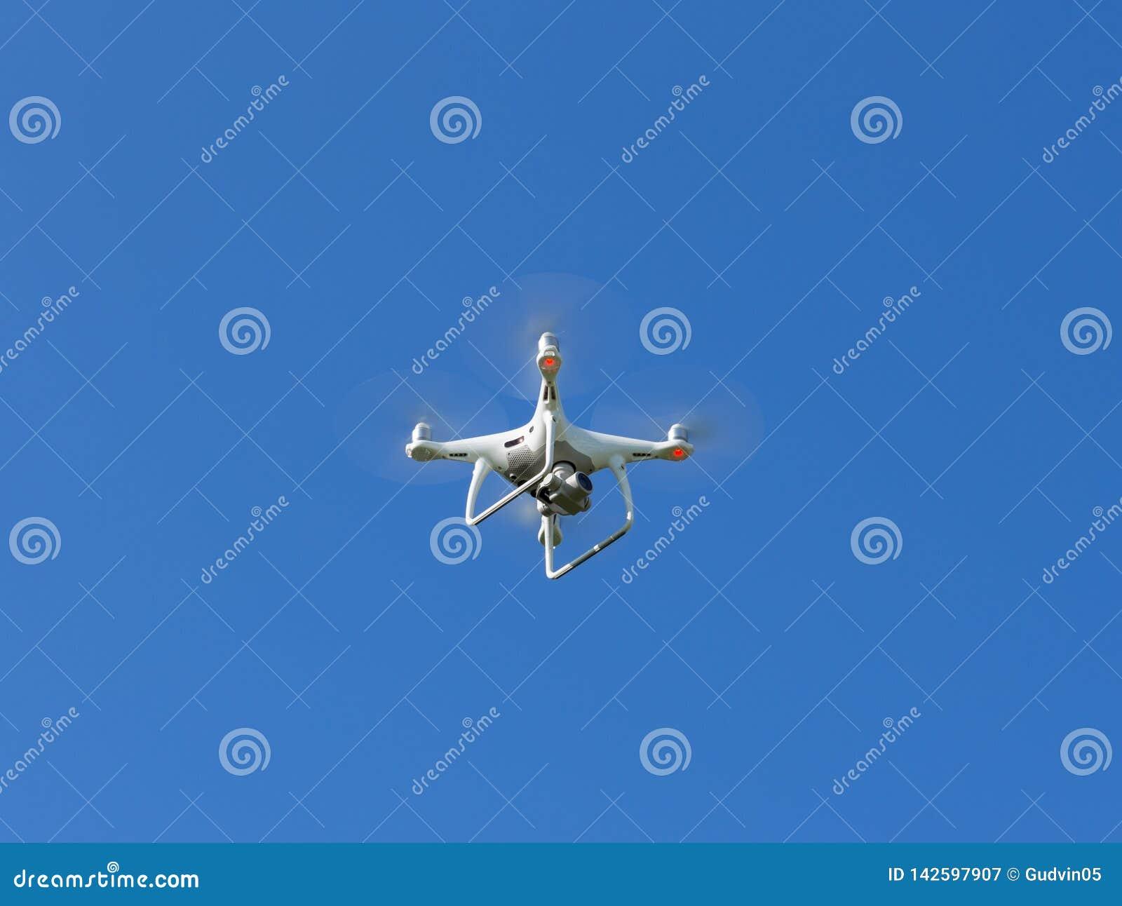 Abejón del vuelo con el fondo del cielo azul Quadcopter