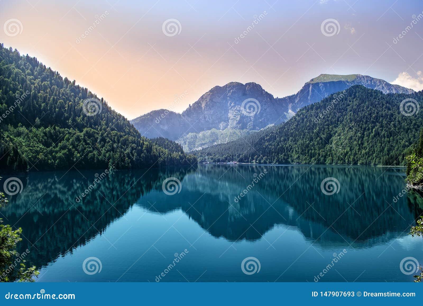 Abend auf dem Gebirgssee Ritsa in Abchasien