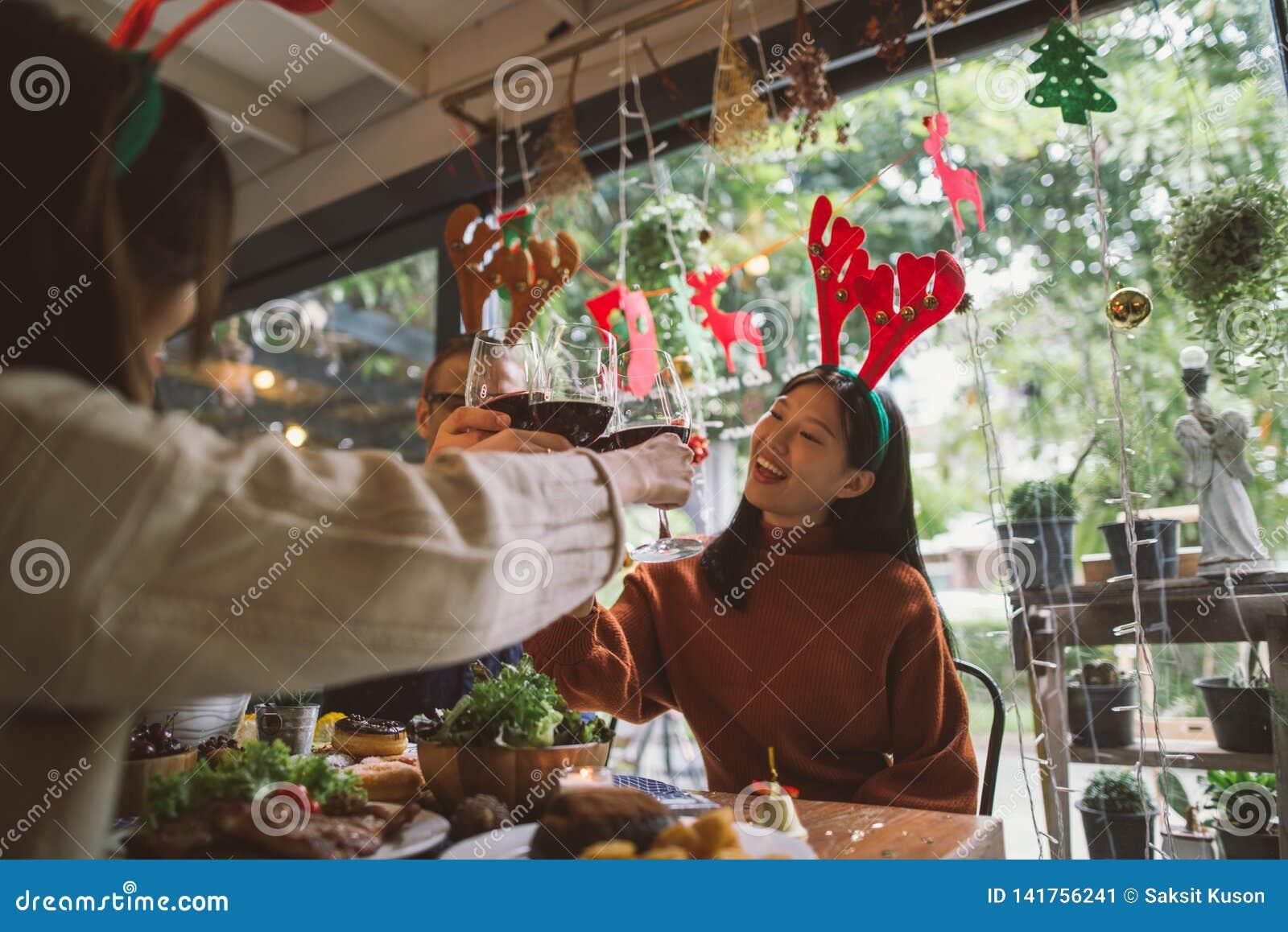 Abendessen mit Freunden Gruppe junge Leute, die zusammen Abendessen genießen