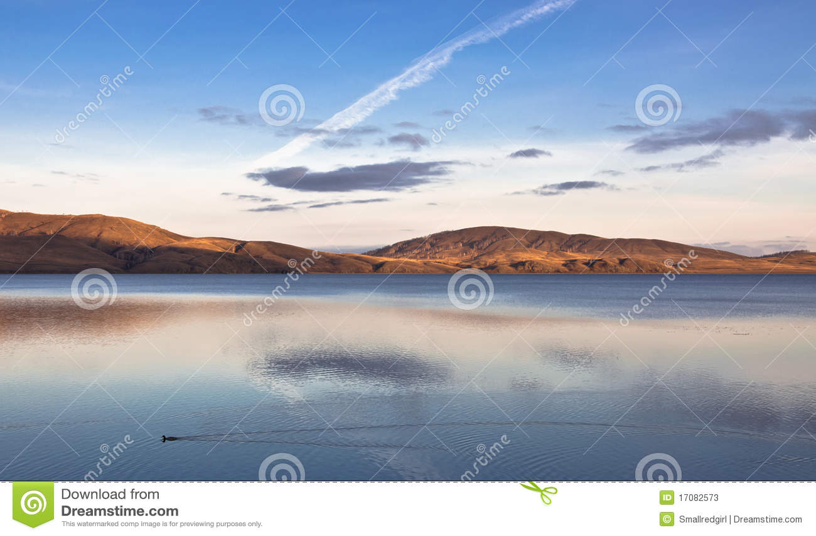 Abendlandschaft von See mit Reflexionen
