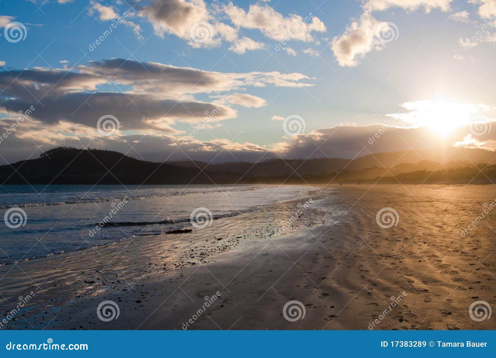 Abendsonnenuntergang bei dem sieben Meilen-Strand, Tasmanien