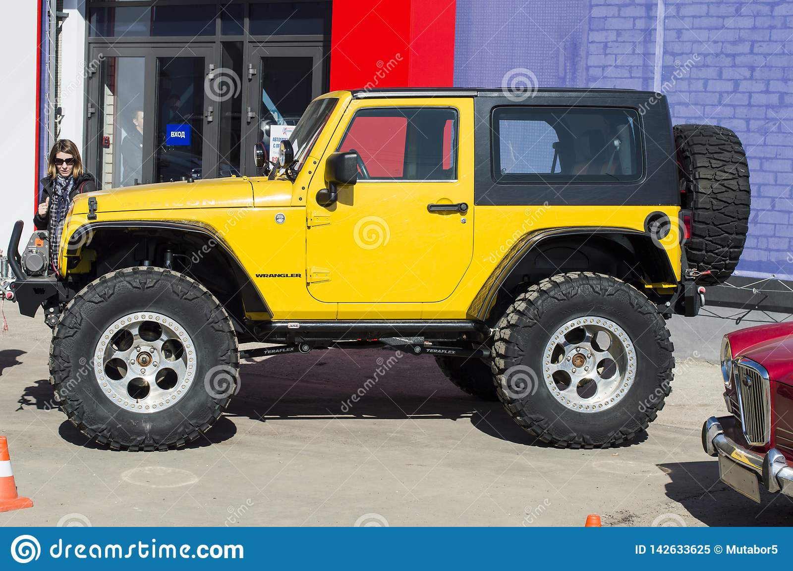 Solemn Opening Of The Salon For The Sale Of Automobiles Jeep Wrangler Rubicon With Large Out Of Road Wheels Yellow Imagen Editorial Imagen De Opening Wrangler 142633625