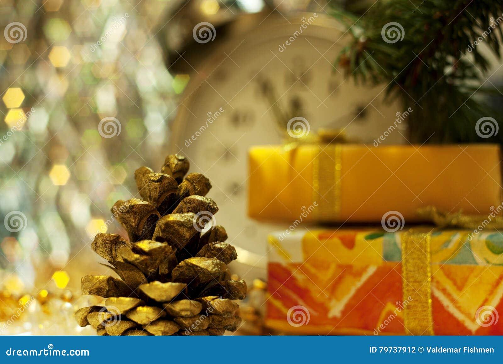 Abeto-cono del oro y Años Nuevos de caja de regalo