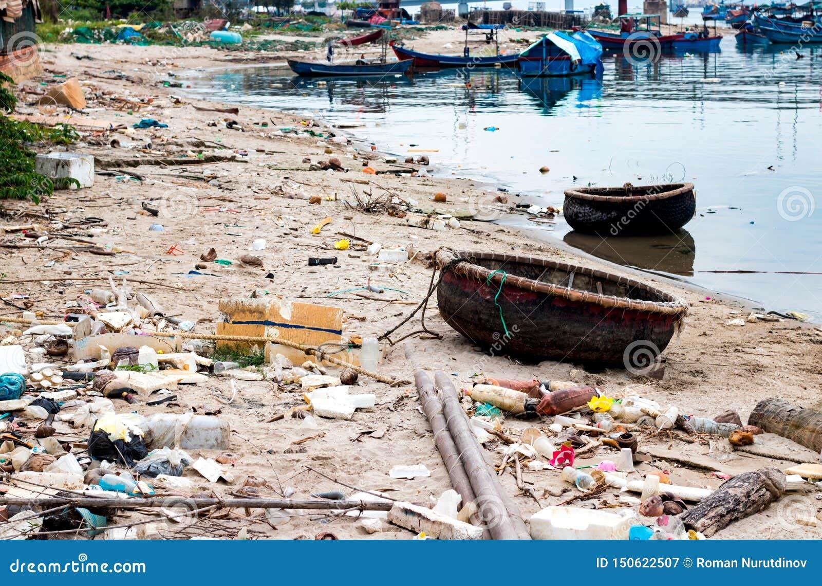 Abfall auf der Flussbank