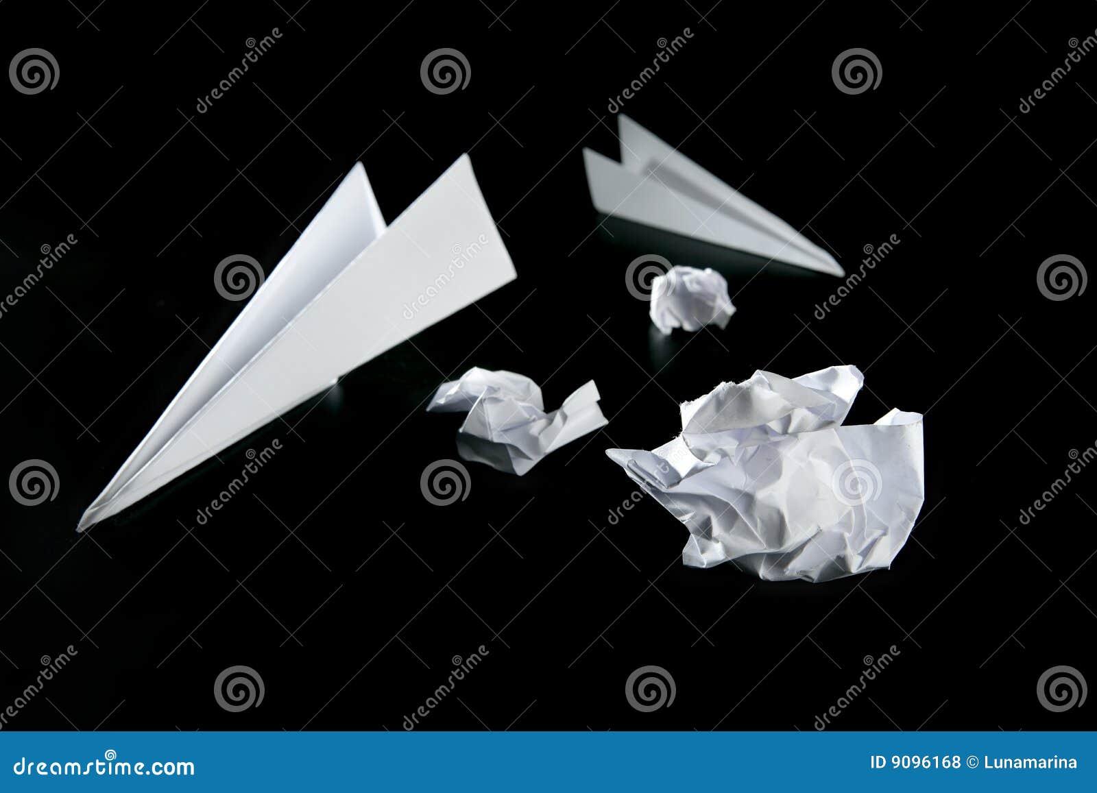Abfallpapier und Luftflugzeug