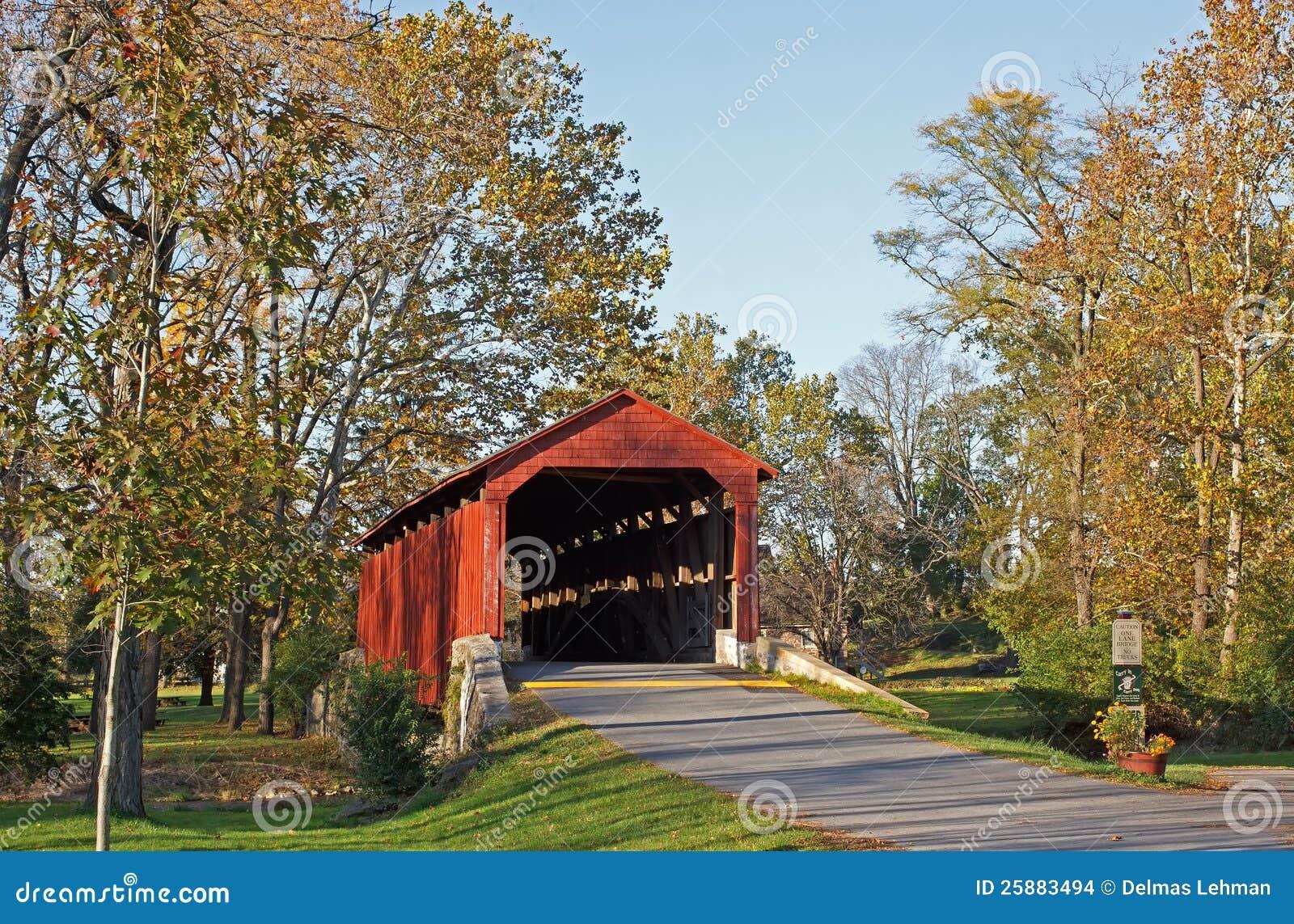 Abgedeckte Brücke im Herbst