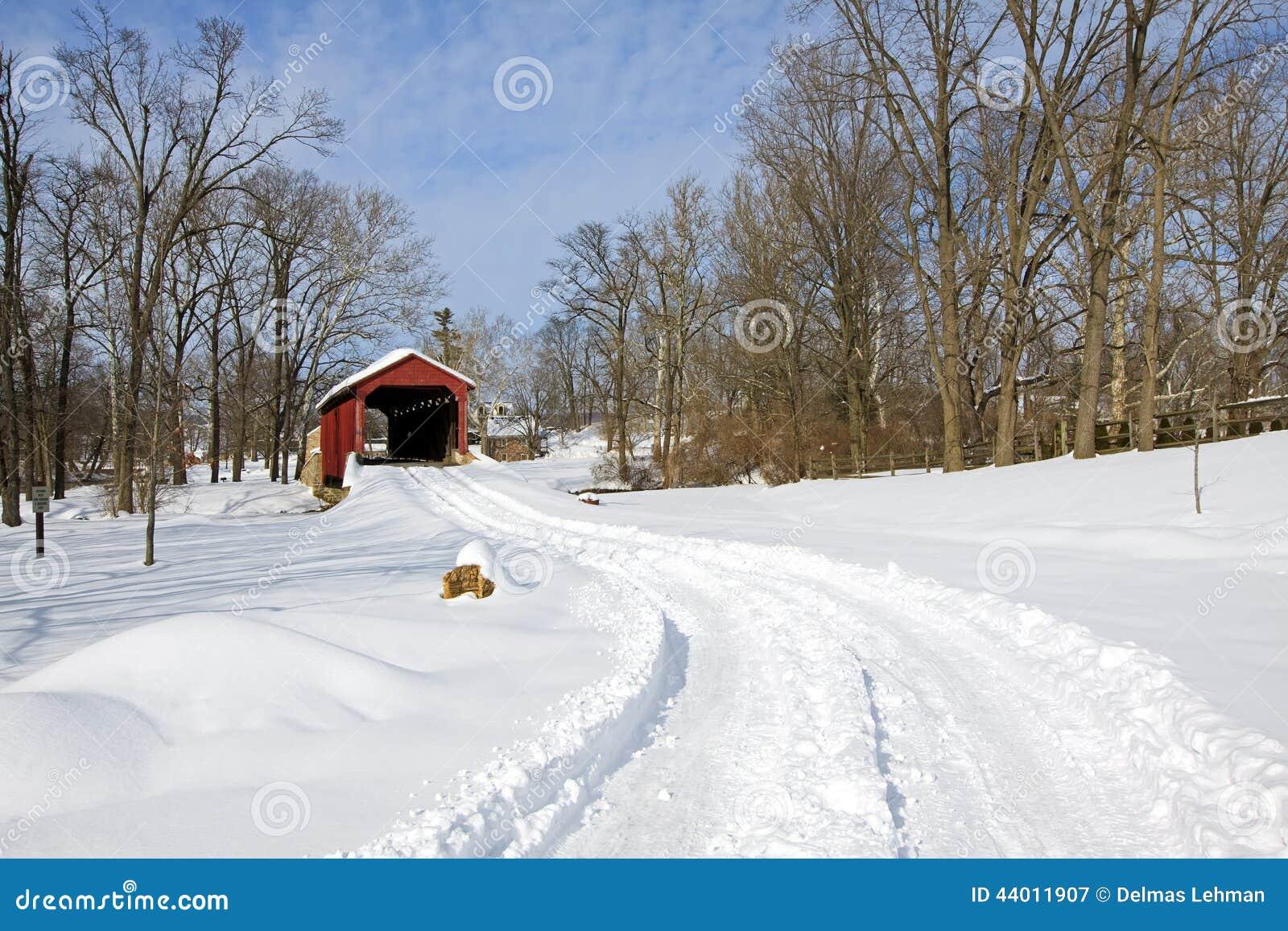 Abgedeckte Brücke im Schnee