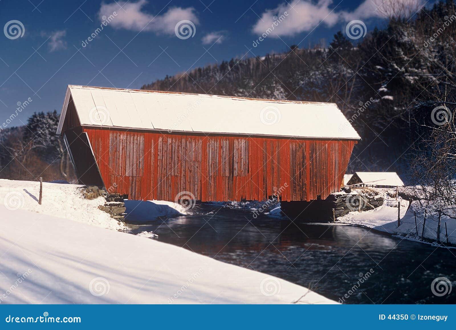 Abgedeckte rote Brücke