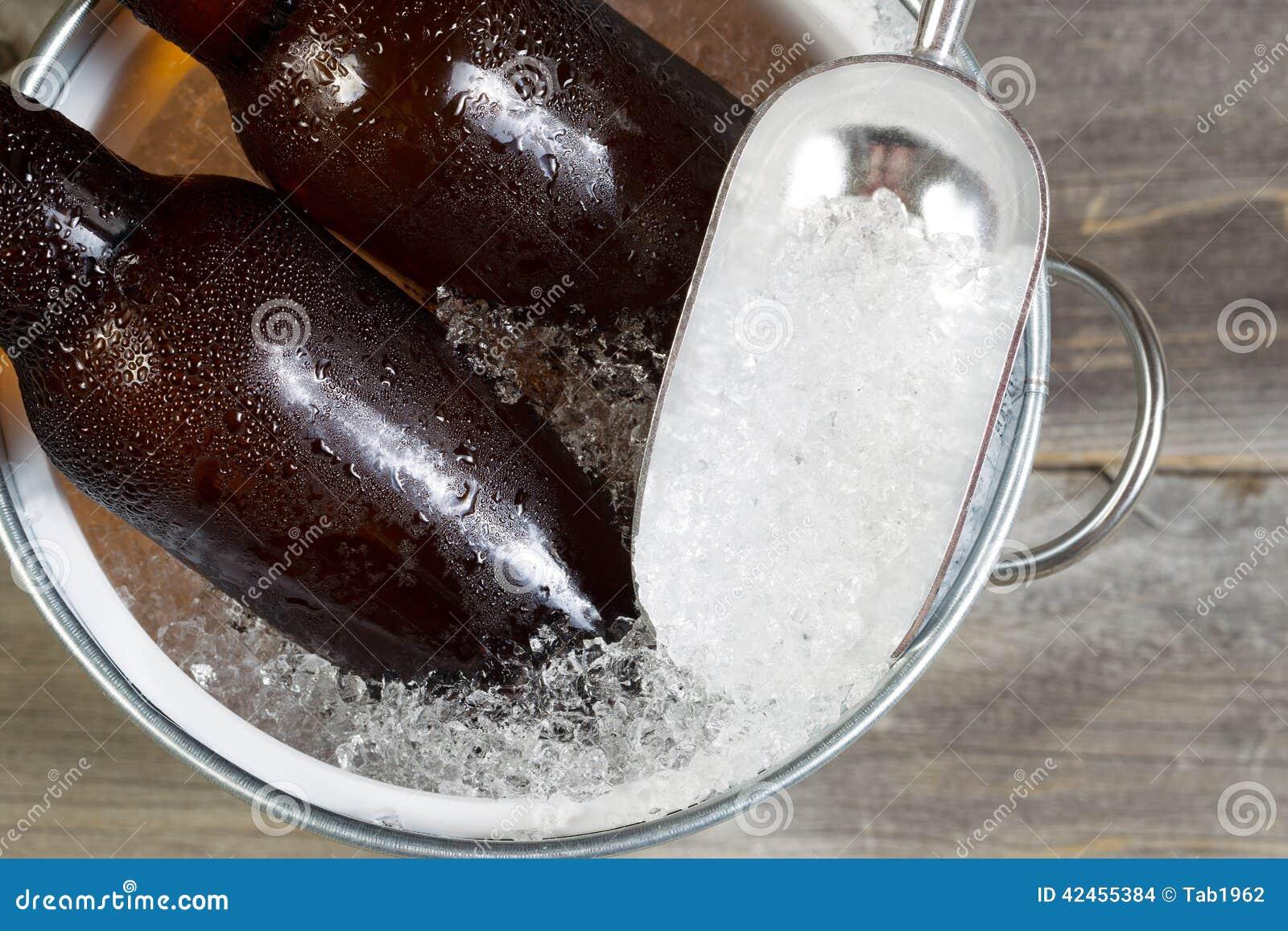 Abgefülltes Bier auf Eis