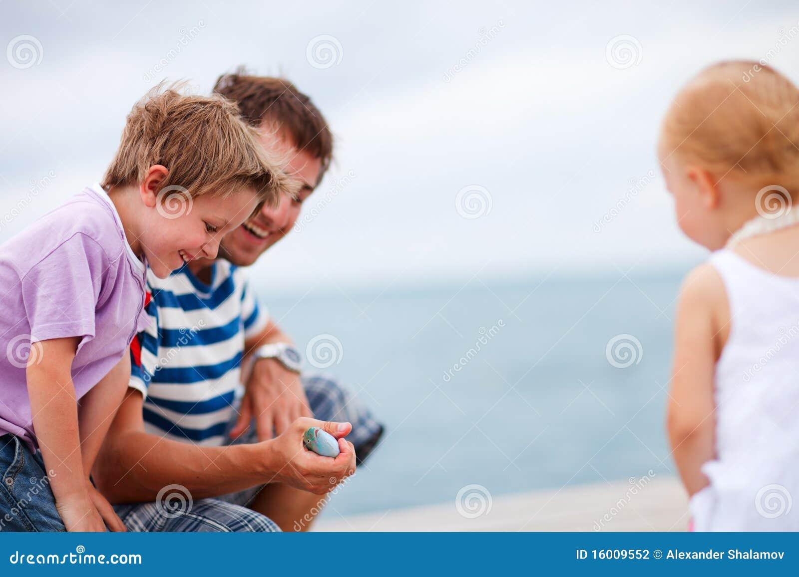 Abgefangene Fische des Vaters Vertretung zu den Kindern