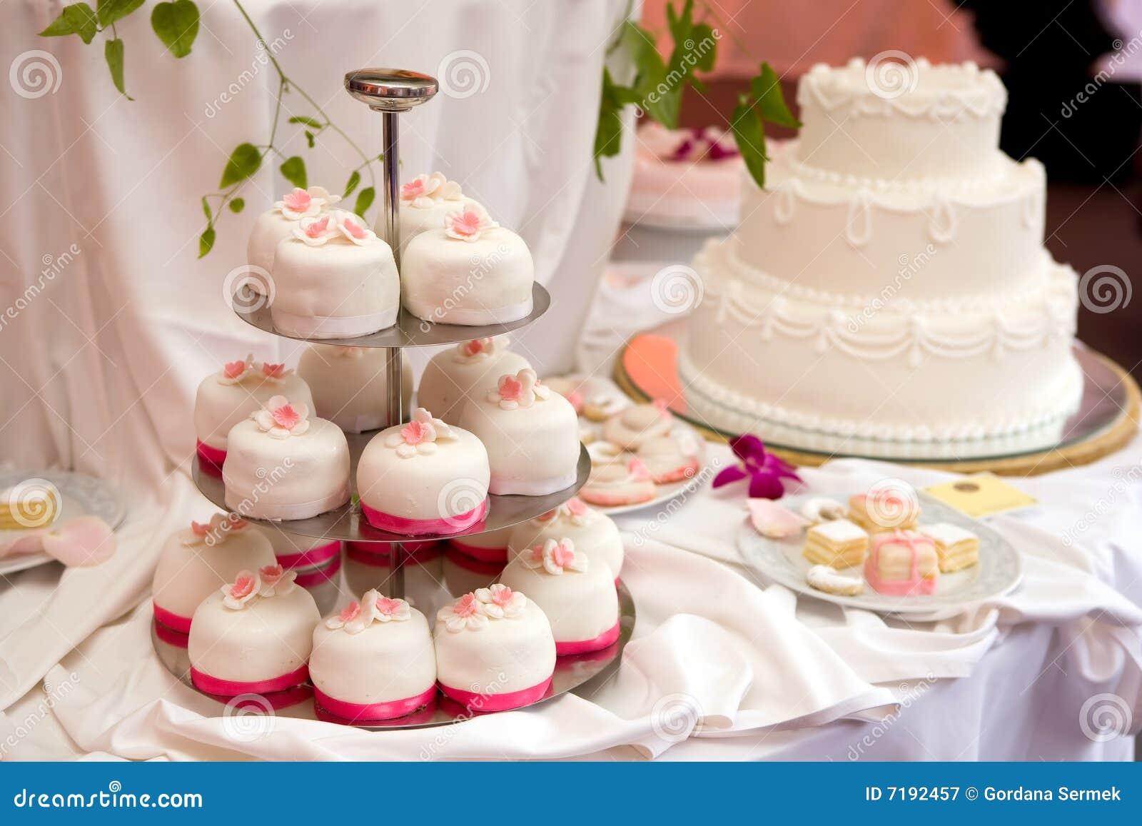 Abgestufter Kuchen Der Hochzeit Drei Stockbild Bild Von Liebe